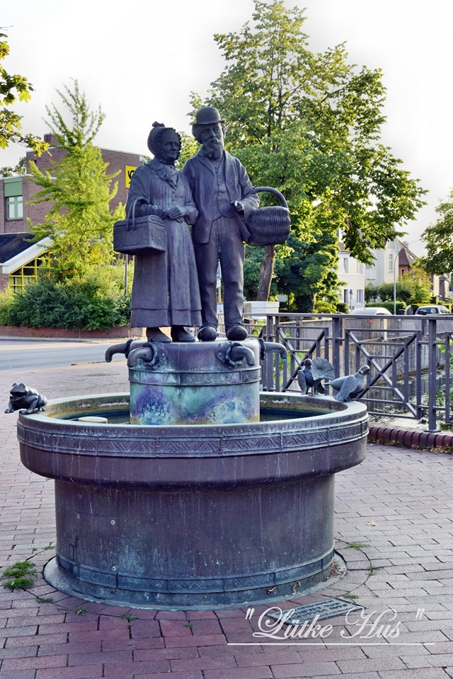 Der Brunnen am Anfang der Langen Straße Kessen Ülk und Minchen
